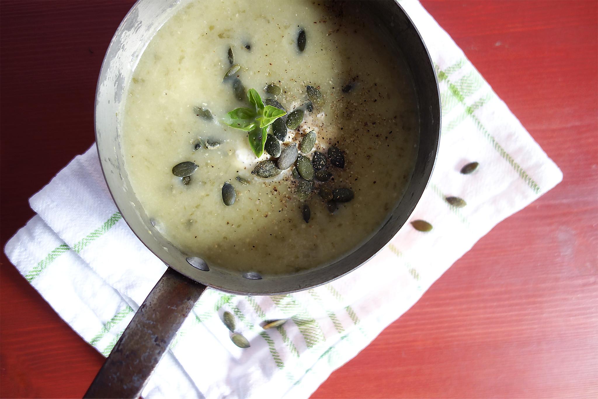 soupe froide de courgettes ail des ours et fromage frais. Black Bedroom Furniture Sets. Home Design Ideas
